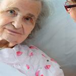Болезнь Альцгеймера у людей достигших преклонного возраста.
